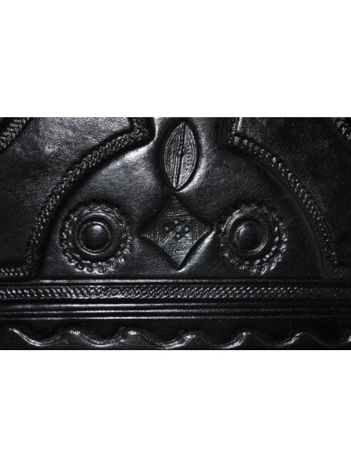 Détail boite Touareg en cuir repoussé - La Galerie Equitable